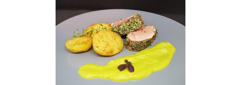 Sous vide svinemørbrad i krydderurterasp med lækker cremet ærtepure og kartofler